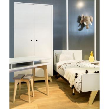 Chambre MADAVIN Lit + armoire 2 pores + bureau + tabouret pieds bouleau coloris gris perle